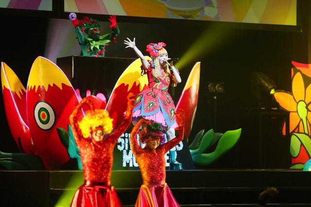 きゃりー、ワールドツアー初日シンガポール公演大成功! カラフルな豪華ステージにファン熱狂!