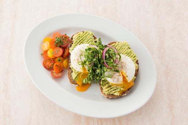 NY発の人気レストラン「サラベス」が東京都内4店舗で「アボカドトースト」を期間限定販売