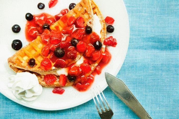 タリーズから「アメリカンワッフル」が登場! フルーツとクリームがたっぷりのワッフルはいかが?