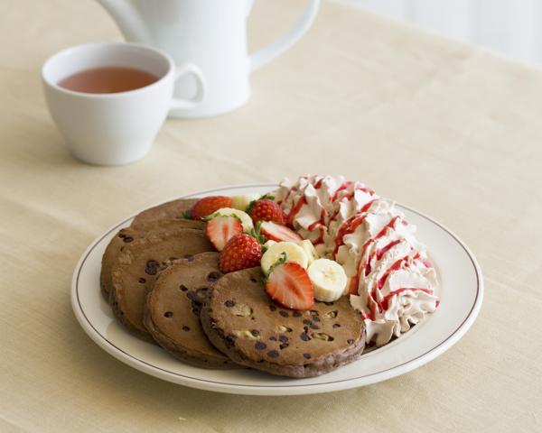 チョコレートとイチゴが溶けあう「トリプルチョコレートブラウニーパンケーキ」がEggs 'n Thingsよりバレンタイン限定発売