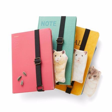 フェリシモの雑貨ブランドYOU+MORE!から、ハムスターのペンポーチが発売! ノートや手帳の向こうから、ハムスターがのぞく♡