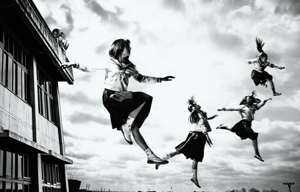 踊る、セーラー服と奇行癖「新しい学校のリーダーズ」! 「女囚セブン」の主題歌に抜擢