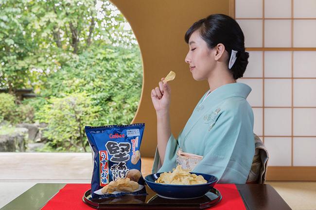 """堅あげポテトが5年ぶりにリニューアル! 11月8日の「堅あげポテトの日」に向けて、中田クルミがスペシャルムービーで""""公式の食べ方""""を披露"""