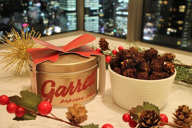 「ギャレット ポップコーン ショップス®」より 季節限定フレーバー「ブラウニー」を詰め込んだ クリスマスムード満点の「Lot of Joy缶」登場!