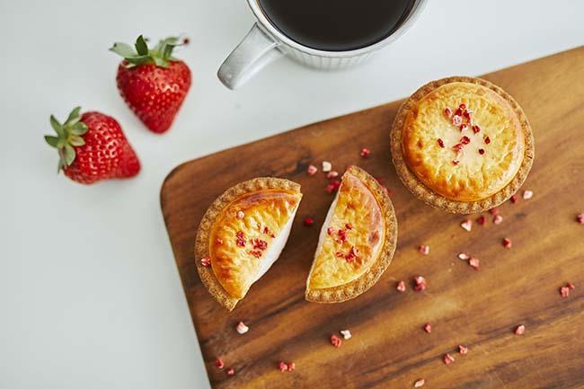 BAKE CHEESE TARTに、春を彩るイチゴのフレーバーが仲間入り♪ 「焼きたてストロベリーチーズタルト」が、4月1日から期間限定発売