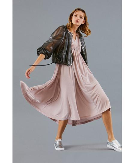スナイデルとオニツカタイガーがコラボ! メタリックのMONKと落ち感のあるドレスを発売