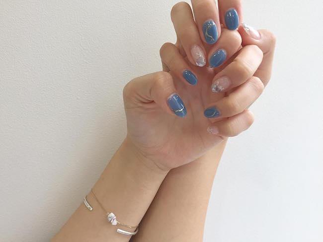 涼しげなカラーのネイルにしているのは小澤楓さん。落ち着いた色合いのブルーで、大人顔のネイルに。ポイントで入れたゴールドがさらに大人っぽさを加速させるよ!